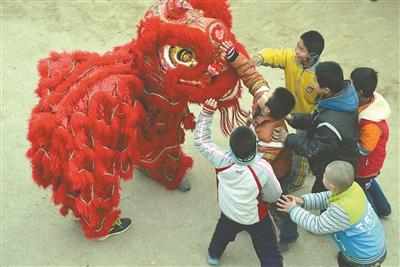 山东聊城大学生村官邀请舞狮队表演