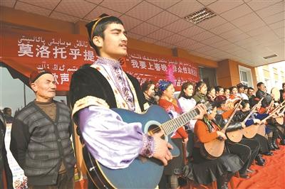 新疆村官与村民们一起排练维吾尔族歌舞